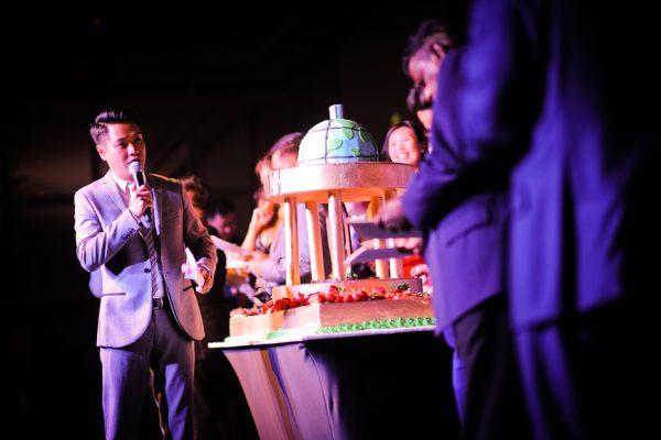 singapore-event-management-company-event-organizer-MDIS-Anniversary-60th-dinneremcee-edmund-toh-cake-22